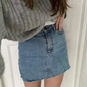 Jeanskjol perfekt till sommaren från Urban Outfitters! Second hand men jag har aldrig använt den! Bra basplagg att ha hemma :)🦦