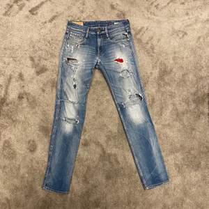Slitna Replay Jeans i storlek 29! Nypris: 1699kr!