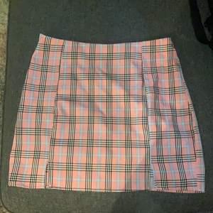 En super söt kjol från shein som enbart används 1 gång. Den är i L och passar mig som har M. Den är perfekt söt längd för mig som är 170 cm.