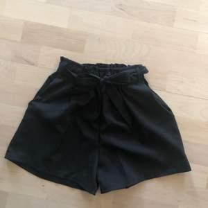 Jättefina paperbag shorts med fickor. Använd 1-2 gånger. Storlek S. Köparen står för frakten! Priset går att diskuteras!