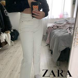 Skitsnygga (!!!!) jeans från zara, populära och helt sprillans nya. Köpte tyvärr fel storlek så de är bara testade! Storlek 34🧞♀️
