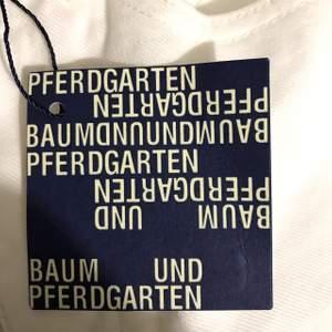 Nikita jeans från Baum und Pferdgarten. Oanvända endast prövade jeans i storlek 34. Nypris 1299kr. Meddela om du har frågor 😊