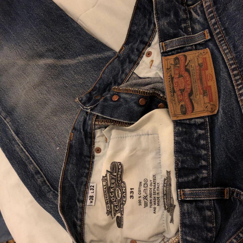 """Oversized """"straight""""  jeans i jättefin darkwash. Säljer för dom är lite stora för mig tyvärr :(. Har cool lapp i bak med märket på💕Köparen står för frakt 🚚 ❤️. Jeans & Byxor."""