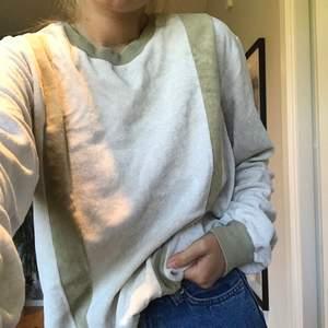 En underbar tröja i plysch. Brun beiga färger och vintage design. Jättebra kvalitet! Jag är s och denna passar bra men skulle passa på större och mindre också!