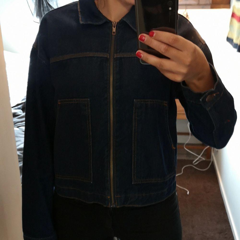 Jeansjacka i mörk jeansfärg. Två stora fickor. Riktigt skön och har unisexform på modellen. . Jackor.