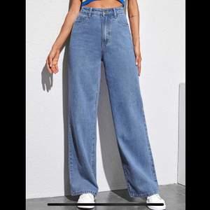 Säljer ett par helt nya wide leg Jeans i storlek L (se mått på tredje bilden) 175kr + frakt (köparen står för frakten) om flera är intresserad så får man buda i kommentarerna 💕