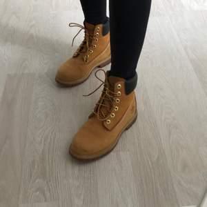 Säljer nu min älskade timberlands då de har blivit för små.  Köpte skorna 2016 i Göteborg. Använt 2-3 säsonger. Bra skick, slitage efter normal användning. Förra året användes de bara några få gånger då dom blev för stora. Nu står dom bara och vill såklart att kängorna ska få en ny ägare. Perfekt nu till hösten! (Kvitto finns eventuellt). Låda medföljer ej.  Priset kan diskuteras vid snabb och smidig affär. Endast hämtning på plats eller mötas upp runt Jönköping eller Hestra.