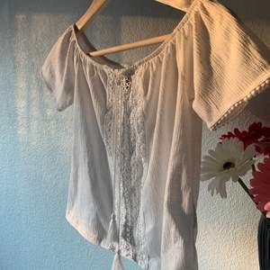 Vit t-Shirt med en synlig grej i mitten, använd fåtal ggr.