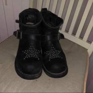 Snygga skor i bra skick från Primeboots. Storlek 37. Vid snabb affär kan jag gå med på 150kr. Kan mötas upp i Fjärås/Skene/Borås eller skickas mot fraktkostnad.