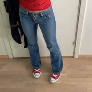 [lånade bilder!!] sista bildenr är från mina jeans :) säljer dessa svinsnygga mörkblåa jeans från Levis då de är för små och ja ej får på mig dom. Köpta för 750kr, men säljer för 400 kr och de är helt nya knappt prövade. Skulle säga att de passar en xs/s!