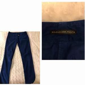 Säljer dessa svin snygga äkta Balenciaga byxor eftersom de är lite för små på mig. De är blå, low waist och i manchester. Dessutom är de i väldigt bra skick! Kan både mötas up eller frakta (köparen står för frakten) BUDA!