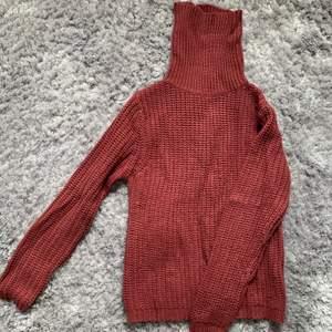 En fin vinröd stickad tröja med hög krage i storlek xs vid yttligare frågor kontakta mig❣️frakten är inräknad i priset😊