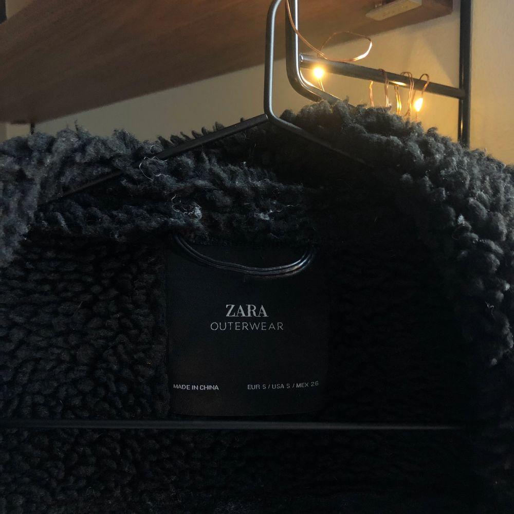 Svart mockajacka från Zara. Storlek S. Inköpt förra året för cirka 700 kr. Använd men i fint skick. . Jackor.