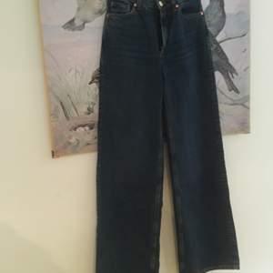 Mörkblå vida nonstretch jeans från monki. Storlek W26