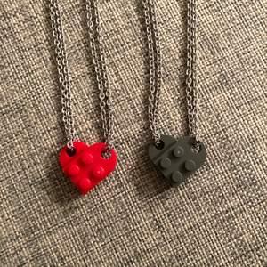 lego halsband som är jättesöta för par eller vänner, kedjan är 50 cm o det finns i röd och grå, bilderna är mina! perfekt till alla hjärtans dag 💕  (det är alltså båda delarna/halsbanden för 150) går att köpa bara hjärtat utan kedjan för 50kr+frakt💕