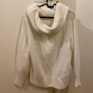 Vit tröja i mjukt material, off shoulder
