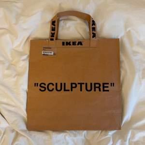 Köpte den på Ikea när de släppte sitt sammarbete med Virgil Abloh / Off White. Den är helt ny och har aldrig använts.
