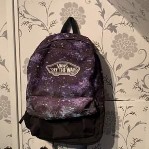 En vans ryggsäck i fint skick!! Lila med stjärnor och väldigt rymlig!! Skicka om ni har några frågor❣️❣️