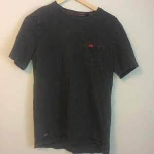 En gammal Superdry tröja som är sällan använd i storlek M. Den tvättas självklart innan den skickas, kan mötas upp i stockholm.