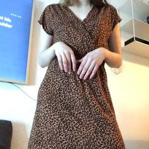 En super fin klänning i leopard mönster! Använd 1-2 gånger endast men tyvärr är det inte riktigt min stil så säljer den🥰 fint skick, storlek s💎