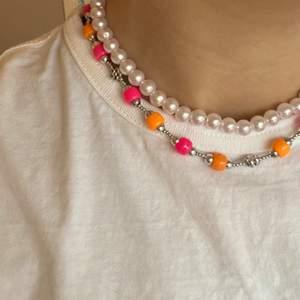 Supersnyggt hemmagjort halsband i silver med färgglada pärlor. (Frakten ingår i priset)