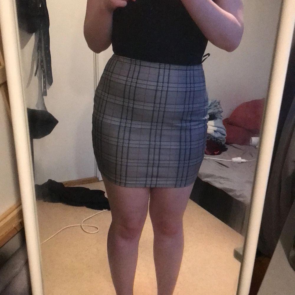 Oanvänd kjol från SHEIN. Storlek L men passar M-XL då den är stretchig.  Kan skickas mot fraktkostnad. Kan även mötas upp på backaplan/nordstan i Göteborg . Kjolar.