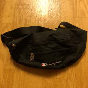 A black champion waist bag that's new and has never been used, it's in great condition and has no flaws. It's  great for traveling, chopping and hacking, it's bought from fila.com for 150kr. If you have any questions message me:)
