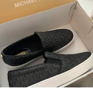 Säljer även dessa tjusiga Michael Kors Keaton slip on sneakers. Skorna är köpta från USA säljs pågrund fel storlek därav att dom också är helt oanvända. De är i storlek 35-36. Den här modellen tillverkas heller inte längre.