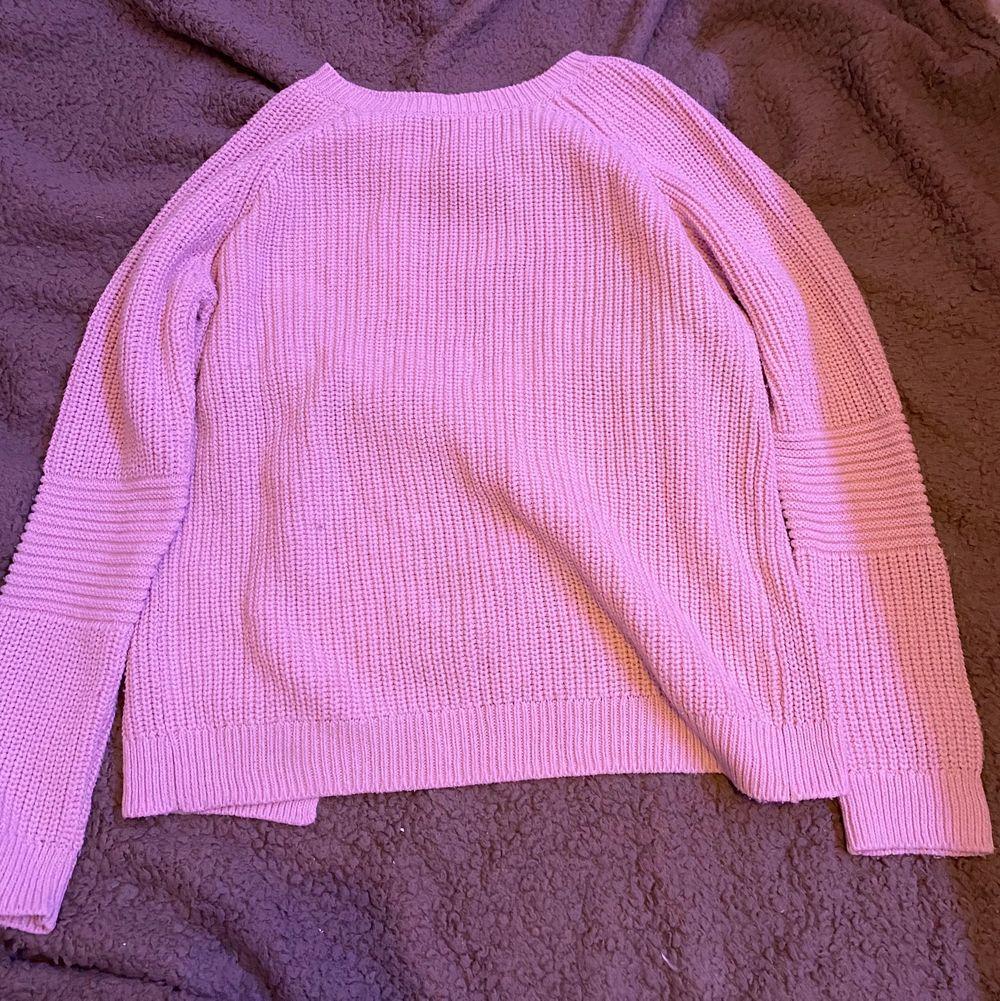 Rosa stickad tröja men kors i ryggen. Använd ganska lite. Xs. Fraktar eller möts upp i Sthlm.  VILL BLI AV MED ALLT. Stickat.