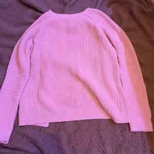Rosa stickad tröja men kors i ryggen. Använd ganska lite. Xs. Fraktar eller möts upp i Sthlm.  VILL BLI AV MED ALLT