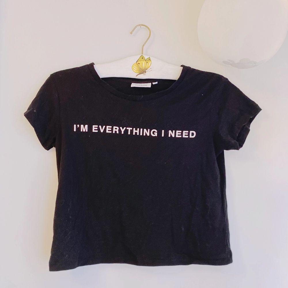 """svart t-shirt från weekday med """"im everything i need"""" tryck i vit text! enkel men snygg, och passar lätt till vardags liksom en edgier look! 🖤  frakt tillkommmer! budning vid flera intresserade! kontakta vid frågor! 💌 . T-shirts."""