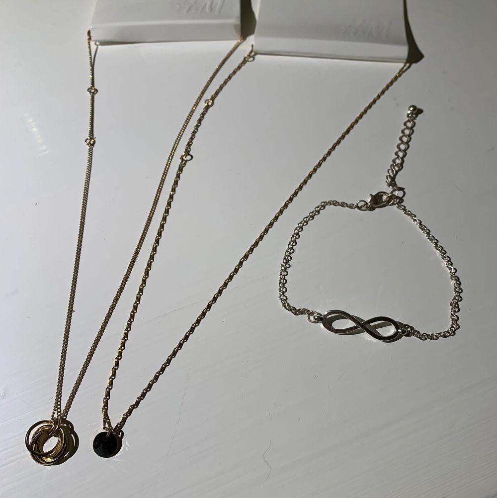 2 oanvända halsband, ett med ringar och ett med en svart sten. Silver armband storlek M-L i storlek med evighetstecknet, alla för 20. Accessoarer.