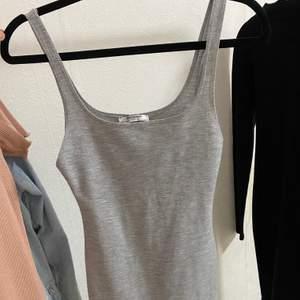 Grå klänning, bra kvalite, kommer så klart tvätta innan användning, kom privat för intresse ❤️