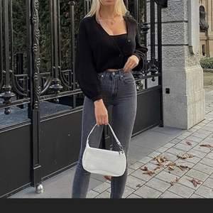 Säljer denna sjukt snygga väska! Den är vit med krokodilmönster! Den är helt oanvänd och därför nyskick!säljer för 80+frakt!💕