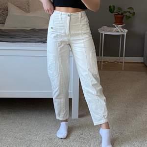 Jättesnygga byxor från bershka!! Jag på bilden är 158cm brukar ha storlek 32/34 eller W24/W25 på byxor 💓💓 Ej strykta på bilden