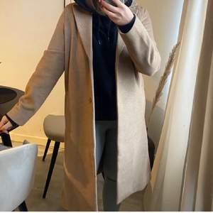 Säljer denna sköna kappa från H&M. Köpt förra vintern. I ett gott skick! Storlek S. 🤎 frakt tillkommer!