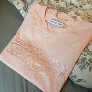 Rosa t-shirt från CK, aldrig använd. Nypris 400kr