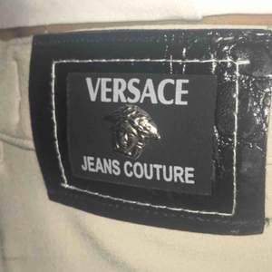 Vintage Versace jeans couture byxor. Har sytt in dem vid midjan, annars har de en rak passform
