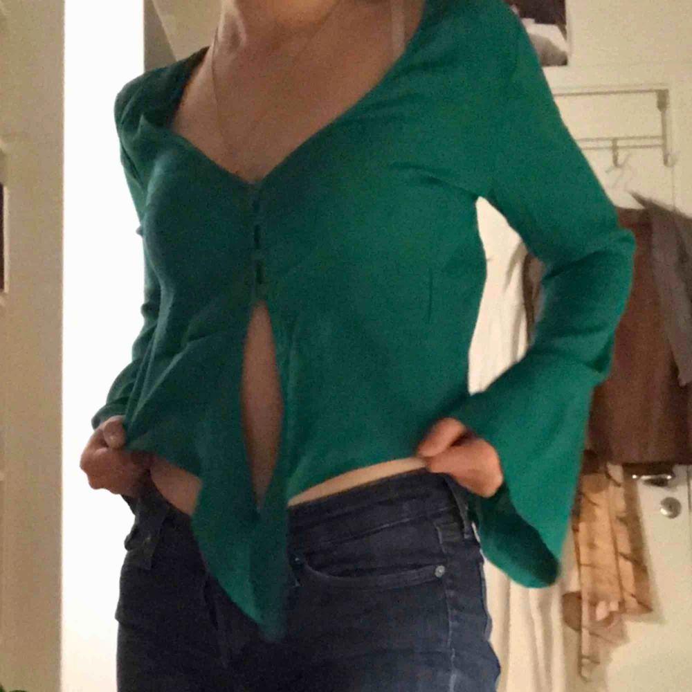 Snygg grön topp/blus från Bershka! Står storlek M men passar mig som är XS-S också. . Toppar.