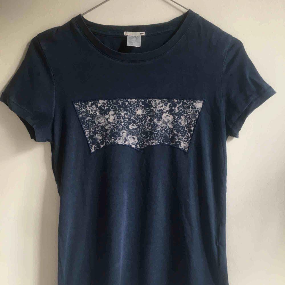 En blå t-shirt från Levis, använd fåtal gånger! Frakt tillkommer. T-shirts.