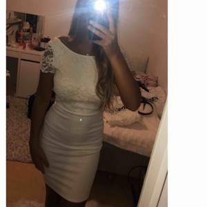 Säljer min klänning som jag hade på mitt utspring, jättefin klänning med öppen rygg. Från nelly