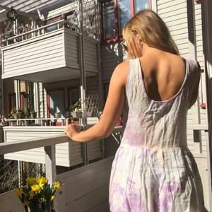Härlig sommarklänning från ASOS. Vit-beige/ljuslila-mönstrad. Lite see-thorugh på toppen, kjolen har underkjol. Är i typ linne/chiffong material.  Kan mötas upp i Göteborg eller frakta!