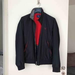 Gant New Hampshire Jacket Marinblå med rött innerfoder och röda detaljer