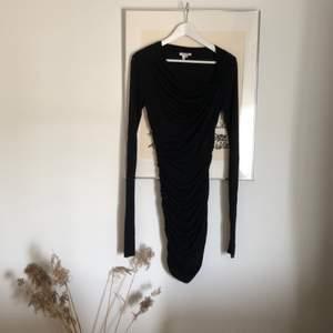 GERDEROBSRENSNING! Världens finaste klänning från Helmut Lang som jag tyvärr aldrig använt. Köptes på en bloppis och är i väldigt fint skick. Trikå material och omlottmodell vilket gör att den passar både 36-38. Längd strax ovanför knäna.
