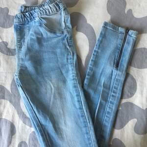 Ett par ljusblåa jeans från lager 157 i strl 160, passar en XS/S. Fint skick. 30kr