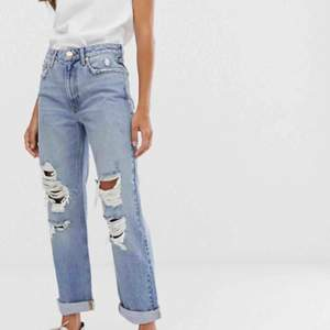 Ett par jeans från Asos, River Island som jag glömt att skicka tillbaka. Lite Levis 501 stil så inte tight på mig som är XS. Jeansen finns kvar ännu på Asos sida.  Avklippta ben då de var för långa, endast använda en gång. Frakt 79kr, katt finns i hemmet