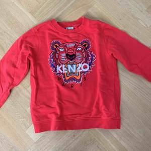 Säljer min kenzo sweatshirt för 850 kr men priset kan diskuteras. Säljes i storlek 152 och 10/10 skick. Nypris:1000 kr