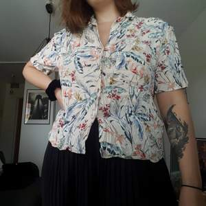 Skjorta i flamingomönster med fina träknappar. Extremt skrynklig men går att ordna med strykjärn🌿
