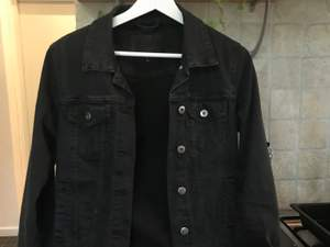Säljer en basic svart jeansjacka!