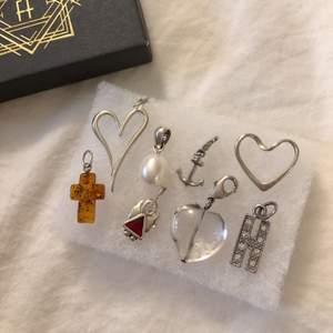 Säljer olika berlocker som jag aldrig använder, finns i flera former som hjärtan, kors och ankare i silver och bärnsten. 40kr/styck! 60kr för 2st! Frakt tillkommer ✨ (de som finns kvar är pärlan, alla hjärtan på första bilden och ankaret)